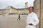 """20081001 - France - Bourgogne - Dijon<br /> JEAN-PIERRE BILLOUX ET SON FILS ALEXIS (LA RELEVE) A LA TETE DU RESTAURANT """"LE PRE AUX CLERCS"""", PLACE DE LA LIBERATION A DIJON.<br /> Ref : BILLOUX_006.jpg - © Philippe Noisette."""