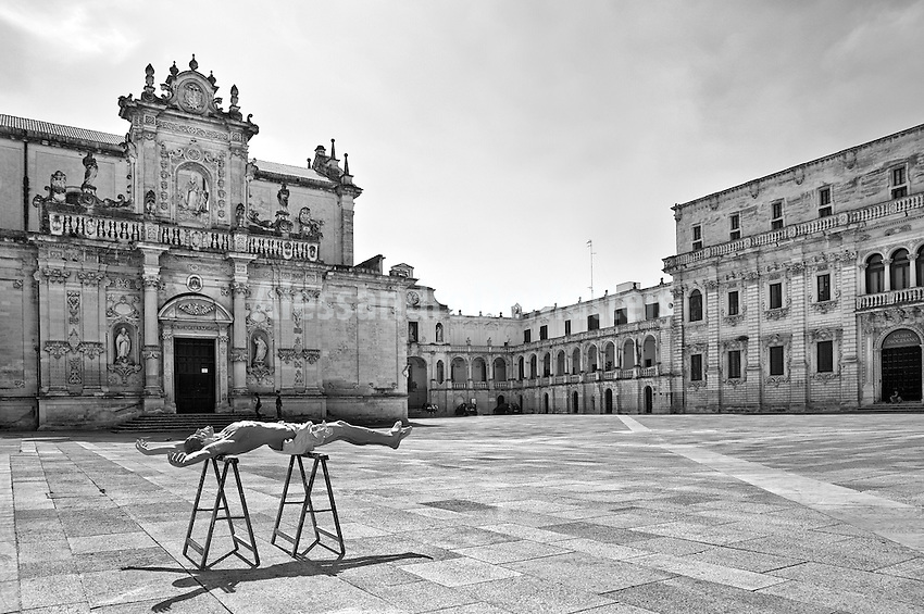 Lecce - Piazza Sant'Oronzo - La bottega che si occupa della produzione di statue in cartapesta, al lato della piazza, quel giorno aveva creato un Cristo in cartapesta che, messo ad asciugare al sole, creava uno scenario surreale.