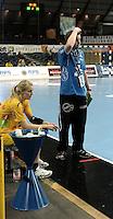 Handball Frauen / Damen  / women 1. Bundesliga - DHB - HC Leipzig : Frankfurter HC - im Bild: HCL Coach / Trainer Heine Jensen versteinert am Rand - Sara Eriksson (l.) hat ebenfalls den Glauben an den Sieg verloren . Foto: Norman Rembarz .