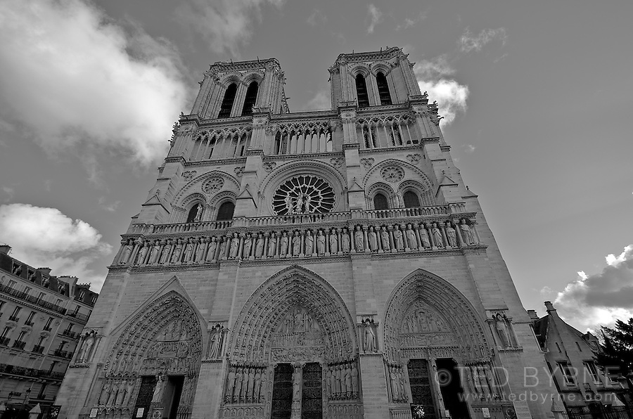 Notre Dame de Paris (black and white)