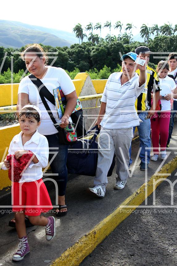 CUCUTA Y UREÑA- PUENTE INTERNACIONAL  FRANCISCO DE PAULA SANTANDER Y SIMÓN BOLÍVAR-COLOMBIA,10-07-2016. Situación del puente esta mañana cuando el presidente de Venezuela Nicolas Maduro abrió la forntrera  con Colombia por una horas para que los venezolanos de la zona se abastecieran de mercados en Colombia . Photo:VizzorImage / Manuel Hernández / Contribuidor