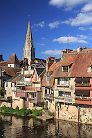 France, Indre (36), Argenton-sur-Creuse, maisons en bord de Creuse et église Saint-Sauveur vu depuis le Vieux pont // France, Indre, Argenton sur Creuse, houses along Creuse and Saint  Sauveur Church seen from the Vieux Pont