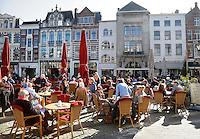 Plaats in Den Haag. Mensen genieten van de  zon op een terras