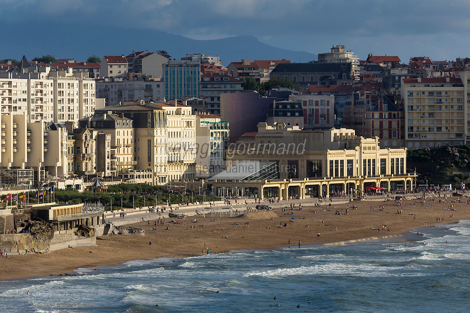 France, Aquitaine, Pyrénées-Atlantiques, Pays Basque, Biarritz:  Le front de mer , la grande plage et le casino de style Art Déco, vu depuis l'esplanade du phare à la  pointe Saint-Martin //  France, Pyrenees Atlantiques, Basque Country, Biarritz: The seafront, the Grande Plage  and the Art Deco style Casino,