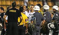 SAO PAULO, SP, 07 MARÇO 2013 - TAÇA LIBERTADORES - SAO PAULO X ARSENAL SARANDÍ - Luis Fabiano, do São Paulo, reclama da arbitragem e é expulso após o término da partida contra o Arsenal de Sarandí, da Argentina, válida pela Copa Libertadores, no estádio do Pacaembu, na zona oeste de São Paulo, nesta quinta- feira. O jogo terminou 1 a 1. (FOTO: WILLIAM VOLCOV / BRAZIL PHOTO PRESS).