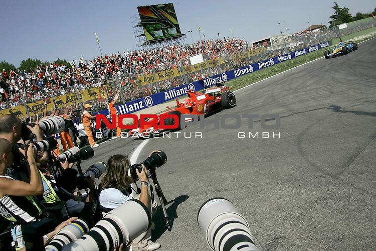 Formel 1 - 2006 - GroŖen Preis von San Marino - Imola<br /> <br /> SCHUMACHER Einfahrt in die Boxengasse<br /> <br /> Foto &copy; nordphoto