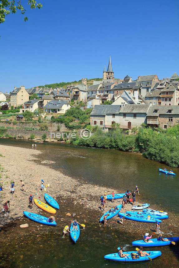 France, Aveyron (12), vallée du Lot, Saint-Côme-d'Olt, étape sur le chemin Saint-Jacques-de-Compostelle, labellisé PLus Beaux Villages de France, canoë-kayak sur le Lot // France, Aveyron, the Lot valley, Saint-Côme-d'Olt, labelled Les Plus Beaux Villages de France (The most beautiful villages of France),  on el Camino de Santiago, the village and the Lot (river), canoeing