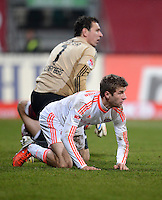 FUSSBALL   1. BUNDESLIGA  SAISON 2012/2013   12. Spieltag 1. FC Nuernberg - FC Bayern Muenchen      17.11.2012 Thomas Mueller (FC Bayern Muenchen) und Torwart Raphael Schaefer (1 FC Nuernberg)