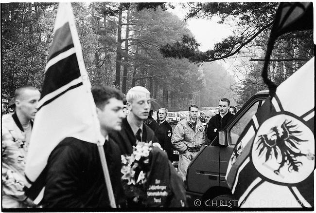Alt- und Neonazis demonstrieren am Volkstrauertag.<br /> Mehr als 1000 Alt- und Neonazis aus ganz Europa demonstrierten anlaesslich des Volkstrauertag  am 17. November 1999 auf dem Waldfriedhof der kleinen brandenburgischen Ortschaft Halbe. Sie gedachten mit dieser Demonstration den 1945 in einer Kesselschlacht ums Leben gekommenen SS- und Wehrmachtssoldaten.<br /> Vom 24. April 1945 bis 1. Mai 1945 fand in der Gegend um den Brandenburgischen Ort eine der letzten grossen Schlachten der Wehrmacht gegen die Rote Armee statt.<br /> Der Wehrmachtsgeneral Theodor Busse (9. Armee) lehnte ein Kapitulationsangebot der Roten Armee ab. In den W&auml;ldern um Halbe starben innerhalb dieser einen Woche insgesammt ueber 60.000 Menschen.<br /> Auf dem Waldfriedhof Halbe wurden ueber 23.000 Kriegsopfer beerdigt. Ebenfalls auf dem Waldfriedhof begraben sind unzaehlige ermordete russische Zwangsarbeiterinnen und Zwangsarbeiter, sowie ca. 4.500 Tote aus den NKWD Lager Ketschendorf.<br /> Acht Jahre spaeter, am 17. November 1999 fand der letzte genehmigte Aufmarsch von Neonazis auf den Graebern statt.<br /> 17.11.1991, Halbe/Brandenburg<br /> Copyright: Christian-Ditsch.de<br /> [Inhaltsveraendernde Manipulation des Fotos nur nach ausdruecklicher Genehmigung des Fotografen. Vereinbarungen ueber Abtretung von Persoenlichkeitsrechten/Model Release der abgebildeten Person/Personen liegen nicht vor. NO MODEL RELEASE! Nur fuer Redaktionelle Zwecke. Don't publish without copyright Christian-Ditsch.de, Veroeffentlichung nur mit Fotografennennung, sowie gegen Honorar, MwSt. und Beleg. Konto: I N G - D i B a, IBAN DE58500105175400192269, BIC INGDDEFFXXX, Kontakt: post@christian-ditsch.de<br /> Bei der Bearbeitung der Dateiinformationen darf die Urheberkennzeichnung in den EXIF- und  IPTC-Daten nicht entfernt werden, diese sind in digitalen Medien nach &sect;95c UrhG rechtlich geschuetzt. Der Urhebervermerk wird gemaess &sect;13 UrhG verlangt.]