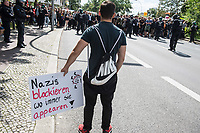 """Ueber 1.000 Rechtsextreme aus mehreren Bundeslaendern demonstrieren am Samstag den 19. August 2017 in Berlin zum Gedenken an den Hitler-Stellvertreter Rudolf Hess.<br /> Rudolf Hess hatte am 17. August 1987 im Alliierten Kriegsverbrechergefaengnis in Berlin Spandau Selbstmord begangen. Seitdem marschieren Rechtsextremisten am Wochenende nach dem Todestag mit sog. """"Hess-Maerschen"""".<br /> Weit ueber 1.000 Menschen protestierten gegen den Aufmarsch der Rechtsextremisten und stoppten den Hess-Marsch nach 300 Metern u.a. mit Sitzblockaden. Der rechtsextreme Aufmarsch wurde daraufhin von der Polizei umgeleitet.<br /> Aus dem Aufmarsch wurden mehrfach Gegendemonstranten angegriffen, mindestens ein Neonazi wurde festgenommen.<br /> Im Bild: Ein Gegendemonstrant vor einer der Blockaden.<br /> 19.8.2017, Berlin<br /> Copyright: Christian-Ditsch.de<br /> [Inhaltsveraendernde Manipulation des Fotos nur nach ausdruecklicher Genehmigung des Fotografen. Vereinbarungen ueber Abtretung von Persoenlichkeitsrechten/Model Release der abgebildeten Person/Personen liegen nicht vor. NO MODEL RELEASE! Nur fuer Redaktionelle Zwecke. Don't publish without copyright Christian-Ditsch.de, Veroeffentlichung nur mit Fotografennennung, sowie gegen Honorar, MwSt. und Beleg. Konto: I N G - D i B a, IBAN DE58500105175400192269, BIC INGDDEFFXXX, Kontakt: post@christian-ditsch.de<br /> Bei der Bearbeitung der Dateiinformationen darf die Urheberkennzeichnung in den EXIF- und  IPTC-Daten nicht entfernt werden, diese sind in digitalen Medien nach §95c UrhG rechtlich geschuetzt. Der Urhebervermerk wird gemaess §13 UrhG verlangt.]"""