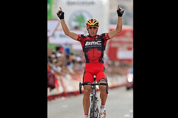 DEP24. LA LASTRILLA (SEGOVIA), 07/09/2012.- El belga Philippe Gilbert, del BMC, se impone en la decimonovena etapa de la Vuelta Ciclista a España, disputada entre Peñafiel y La Lastrilla (Segovia), de 183,4 kilómetros, en la que el español Alberto Contador (Saxo Bank) mantuvo el maillot rojo de líder. EFE/José Manuel Vidal