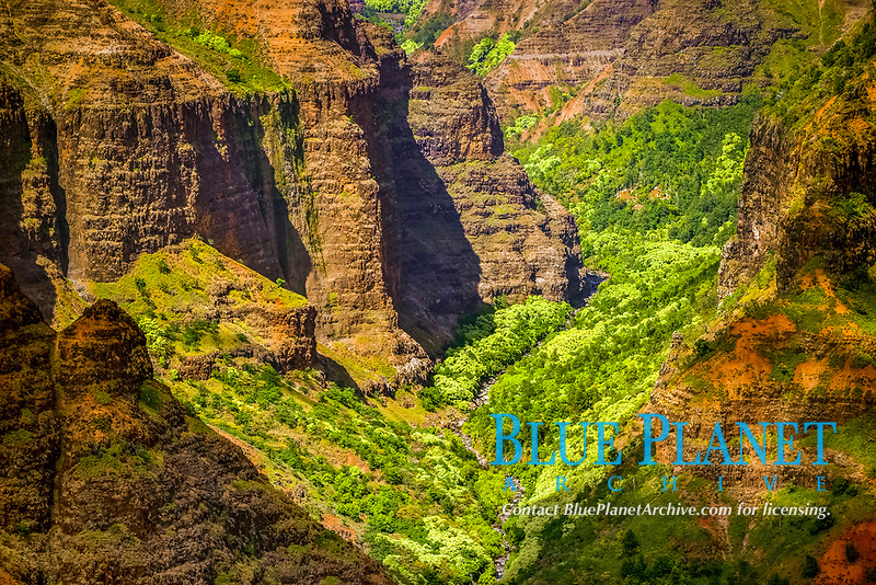 """Waimea Canyon, the """"Grand Canyon of the Pacific Ocean"""", viewed from the official lookout, Kauai, Hawaii, USA"""