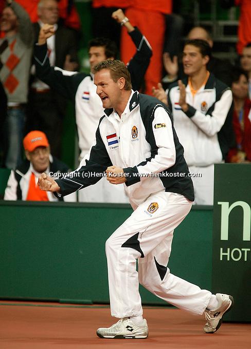 10-2-06, Netherlands, tennis, Amsterdam, Daviscup.Netherlands Russia, Captain Tjerk Bogtstra supports Raemon Sluiter