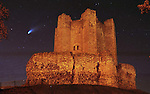 Pix, Shaun Flannery/sf-pictures.com..COPYRIGHT PICTURE>>SHAUN FLANNERY>>01302-570814>>..Hale Bopp Comet over Conisbrough Castle, Doncaster, 14th July 1997.