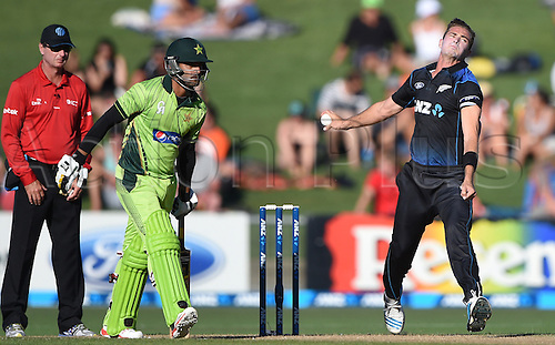 03.02.2015. Napier, New Zealand.  Tim Southee bowling as Mohammad Hafeez looks on during Match 2 of the ANZ One Day International Cricket Series between New Zealand Black Caps and Pakistan at McLean Park in Napier, New Zealand.