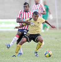 ITAG†ê -COLOMBIA-16-11-2013. Jossymar Gomez  ( Izq) jugador del Atletico Junior disputa el balon contra  Fabio Rodriguez del Itagui ,partido correspondiente  a la primera fecha de los cudrangulares  finales de la Liga Postobon II semestre ,estadio Metropolitano  de Itagui / Jossymar Gomez   (L) Atletico Junior player dispute the ball against Fabio Rodriguez  of Itagui game for the first date of the end of the League cudrangulares Postobon II semester Itagui Metropolitan StadiumPhoto:VizzorInage / Luis Rios / Stringer