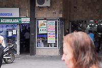 RIO DE JANEIRO, RJ, 25.11.2015 - MEGA-SENA - Movimentação na lotérica do bairro de Freguesia no Jacarepagua região oeste da cidade do Rio de Janeiro nesta quarta-feira, 25. A Mega-sena esta acumulada em R$200 milhões. (Foto: Marcus Victorio/Brazil Photo Press)