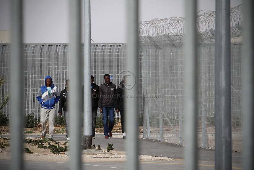 A group of African asylum seekers, are seen at the detention center Holot, in the Negev dessert in Israel. Around 350 African refugees are been held in Holot detention center, despite big demonstrations held in Tel Aviv and Jerusalem against the detention. Photo: Quique Kierszenbaum