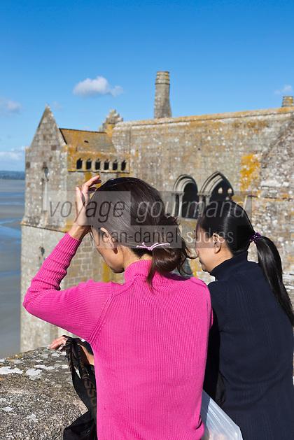 France, Manche (50), Baie du Mont-Saint-Michel, classée Patrimoine Mondial de l'UNESCO, le Mont Saint Michel, Touristes sur la Terrasse de l' Abbaye  // France, Manche, Bay of Mont Saint Michel, listed as World Heritage by UNESCO, Mont Saint Michel,  Tourists on the Terrace of the Abbey