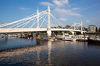 United Kingdom, England, London: Albert Bridge on the River Thames | Grossbritannien, England, London: die Albert Bridge ueber die Themse