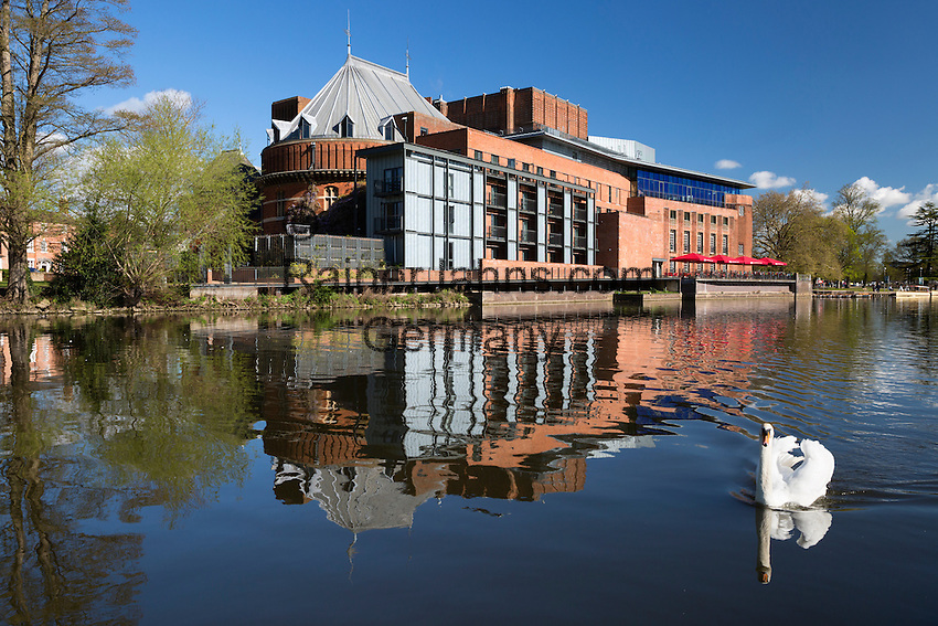 United Kingdom, England, Warwickshire, Stratford-upon-Avon: The Swan Theatre and the Royal Shakespeare Theatre on the River Avon | Grossbritannien, England, Warwickshire, Stratford-upon-Avon: The Swan Theatre und das Royal Shakespeare Theatre am Fluss Avon