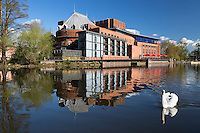 United Kingdom, England, Warwickshire, Stratford-upon-Avon: The Swan Theatre and the Royal Shakespeare Theatre on the River Avon | Grossbritannien, England, Warwickshire, Stratford-upon-Avon: The Swan Theatre und das Royal Shakespeare Theatre am Fluss Avon