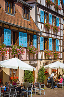 France, Alsace, Haut-Rhin, Éguisheim, restaurant and cafe at old town | Frankreich, Elsass, Haut-Rhin, Éguisheim: Restaurant und Cafe in der Altstadt