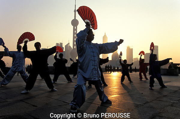 Asie, Chine, Shanghai, gymnastique du matin sur le Bund//Asia, China, Shanghai, early morning exercise on the Bund