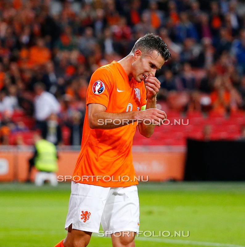 Nederland, Amsterdam, 10 oktober 2014<br /> Seizoen 2014-2015<br /> EK Kwalificatiewedstrijd <br /> Nederland-Kazachstan <br /> Robin van Persie, aanvoerder van Nederland, baalt, nadat zijn doelpunt is afgekeurd.