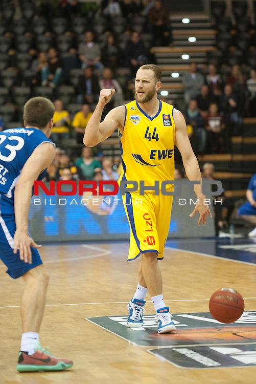 07.10.2015, EWE Arena, Oldenburg, GER, Beko BBL, EWE Baskets Oldenburg vs FRAPORT SKYLINERS , im Bild<br /> Vaughn Duggins (EWE Baskets Oldenburg #44)<br /> Tomas Dimsa (Fraport Skyliners Frankfurt #33)<br /> <br /> <br /> Foto &copy; nordphoto / Rojhan