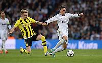 FUSSBALL  CHAMPIONS LEAGUE  HALBFINALE  RUECKSPIEL  2012/2013      Real Madrid - Borussia Dortmund                   30.04.2013 Marco Reus (li, Borussia Dortmund) graetscht Mesut Oezil (re, Real Madrid) ab