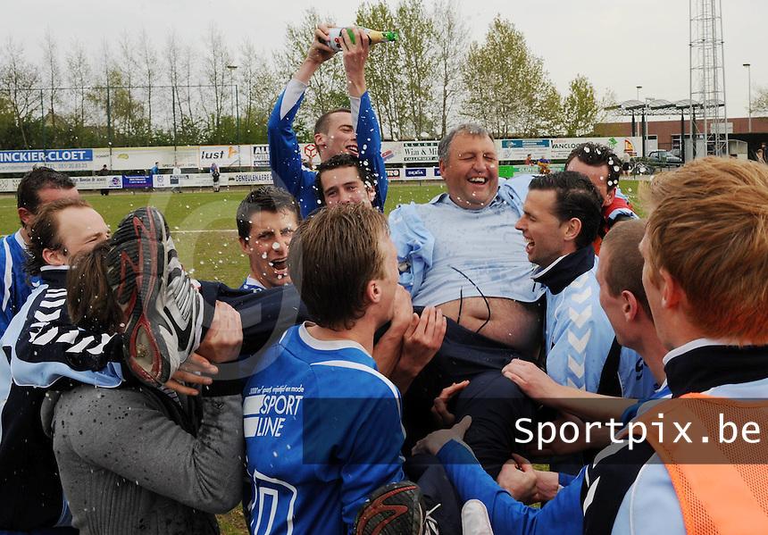 Dosko Beveren - SV Rumbeke :..Rumbeke Kampioen en een vreugde-uitbarsting bij de spelers en Trainer Nigel Smith moet er ook aan geloven..foto VDB / BART VANDENBROUCKE