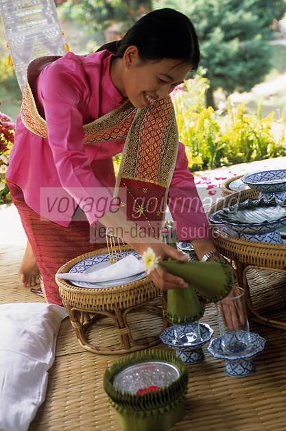 """Asie/Thaïlande/Env de Chiang Mai : Réception à la """"Mae Sa Valley Resort"""" - Mlle Tuene Jai dispose des pétales sur les coussins"""