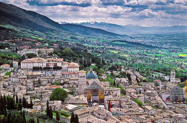 Medieval hilltop town of Assisi sitting above the Valle Umbra , Assisi, Umbria, Italy, AGPix_0101 .