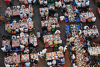 Aegypten Kairo Cairo, Restaurants an der El-Hussein Moschee im Stadtteil Khan el Khalili , Menschen beim Iftar Fest dem Fastenbrechen im Fastenmonat Ramadan / EGYPT Cairo  , El-Hussein mosque in Khan el Khalili , people celebrate Iftar the fast break in holy month Ramadan