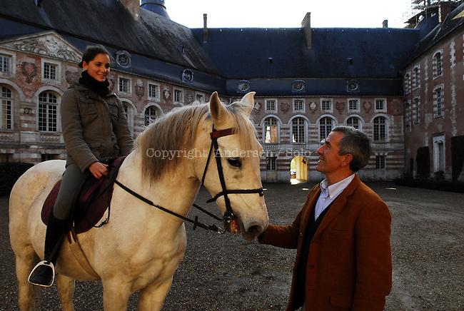Michel Guyot dans son chateau de Saint Fargeau avec sa fille au cheval et son fils.