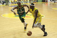 BUCARAMANGA -COLOMBIA, 10-06-2013. Jason Edwin (D) de Búcaros disputa el balón con Stalin Ortiz (I) de Bambuqueros durante el juego 3 de la final en la Liga DirecTV de baloncesto Profesional de Colombia realizado en el Coliseo Vicente Díaz Romero de Bucaramanga./ Jason Edwin (R) of Bucaros fights for the ball with Bambuqueros player Stalin Ortiz (L) during the game 3 of the final on DirecTV professional basketball League in Colombia at Vicente Diaz Romero coliseum in Bucaramanga. Photo: VizzorImage / Jaime Moreno / STR