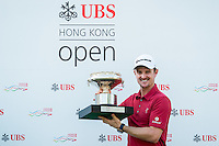 Justin Rose of England poses with the trophy after winning the final round of the Hong Kong Open golf tournament in Fanling Golf Club, Hong Kong,  25 Oct., 2015