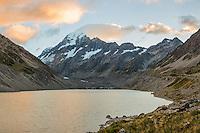 Sunrise over Aoraki, Mount Cook and Hooker Lake, Aoraki, Mt. Cook National Park, Mackenzie Country, Canterbury, UNESCO World Heritage Area, New Zealand, NZ