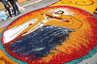 SANTA DE PARNAÍBA, SP, 30 MAIO 2013 - CORPUS CHRISTI EM SANTANA DE PARANAÍBA -  Tradicional tapete de serragem é montando com imagens ligadas a igreja católica que celebra o feriado de Corpus Christi na cidade de Santana de Paranaíba, nesta quinta-feira, 30. o evento realizado pela Igreja Católica traz como tema ?No ano da fé, a eucaristia gera vida em plenitude na vida da comunidade?, que será retratado por mais de 50 quadros nas principais vias do Centro histórico da cidade, com 850 metro de extensão do tapete artesanal montado por fiéis. (FOTO: WILLIAM VOLCOV / BRAZIL PHOTO PRESS).