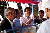 ATEN&Ccedil;&Atilde;O EDITOR: FOTO EMBARGADA PARA VE&Iacute;CULOS INTERNACIONAIS. - <br /> SAO PAULO, SP, 11 SETEMBRO 2012 - o candidato a prefeito Gabriel Chalita (PMDB) durante feira livre na Vila Guilherme, na Zona Norte de S&atilde;o Paulo<br /> FOTO: POLINE LYS - BRAZIL PHOTO PRESS