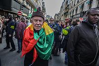 Manifestazione per il clima, anziano con bandiera del Mali (colori panafricani)