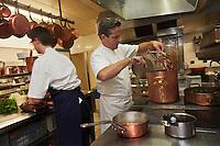 Europe/France/Pays de la Loire/44/Loire Atlantique/Nantes:  Jean-Yves Guého  chef du restaurant: L'Atlantide - Cuisson des homards bretons [Non destiné à un usage publicitaire - Not intended for an advertising use]