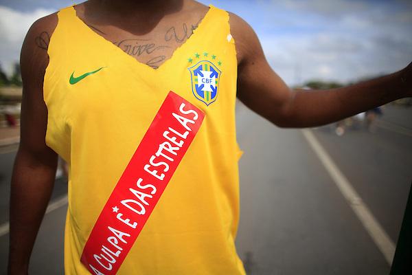 BRA514. BRASILIA (BRASIL), 15/03/2015.- Un hombre participa en una manifestación contra la presidenta brasileña, Dilma Rousseff, hoy, domingo 15 de marzo de 2015, en la ciudad de Brasilia (Brasil). Cientos de miles de personas protestaron contra la presidenta Dilma Rousseff, en Brasilia, en el marco de una jornada de manifestaciones convocadas en decenas de ciudades de todo el país. La protesta de Brasilia comenzó a las 9.30 hora local (12.30 GMT) en la explanada de los ministerios y llegó hasta la frente del Congreso Nacional Brasileño, con la participación de grupos de ciudadanos opositores sin vínculo declarado con partidos políticos. Los manifestantes corearon consignas contra Rousseff y el oficialista Partido de los Trabajadores (PT) y en rechazo de la corrupción. EFE/Fernando Bizerra Jr.