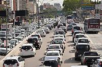 SAO PAULO, SP, 25 DE SETEMBRO DE 2013 – TRÂNSITO EM SÃO PAULO: Trânsito muito congestionado na Av. Moreira Guimarães, próximo ao aeroporto de Congonhas,  zona sul de São Paulo na manhã desta quarta feira. FOTO: LEVI BIANCO - BRAZIL PHOTO PRESS
