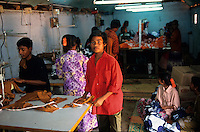 INDIA Tamil Nadu, Tirupur, children work in textile production units / INDIEN Tirupur, Kinder arbeiten in kleinen Textilbetrieben