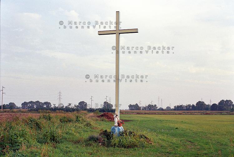 Settimo Milanese (Milano), Parco Agricolo Sud. Una croce e la statuetta di una Madonna in un campo --- Settimo Milanese (Milan), Rural Park South. A cross and the small statue of a Madonna on a field