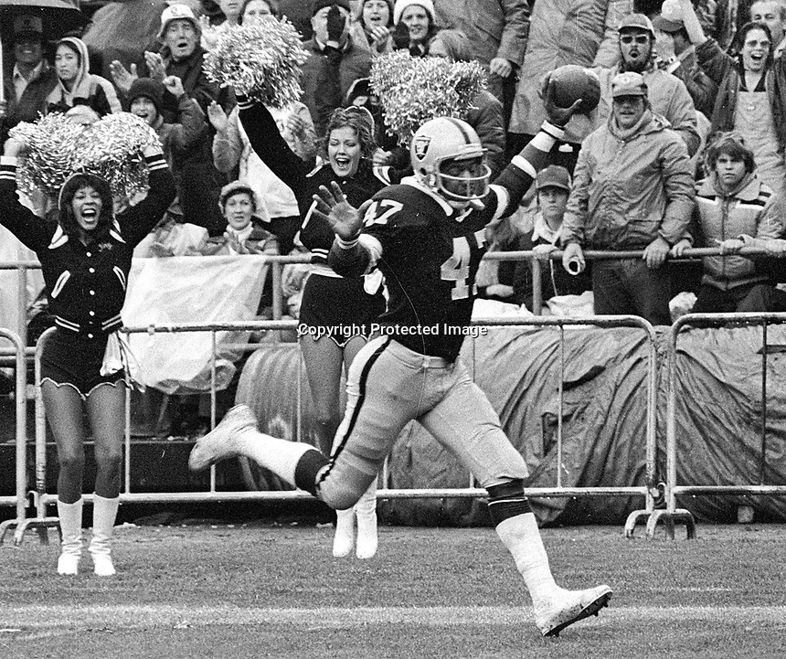 Raiders Charles Phillips scores TD against the Minnesota Vikings...(1972 photo/Ron Riesterer)