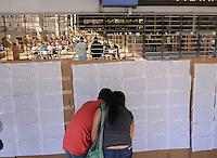 MEDELLÍN -COLOMBIA. 25-05-2014. Colombianos buscan su puesto de votación en el Palacio de Exposiciones en Medellín durante la jornada de elecciones Presidenciales en en Colombia que se realizan hoy 25 de mayo de 2014 en todo el país./ Colombian people search their vote table in the Palacio de Exposiciones in Medellín during the day of Presidential elections in Colombia that made today May 25, 2014 across the country. Photo: VizzorImage / Luis Rios /Str