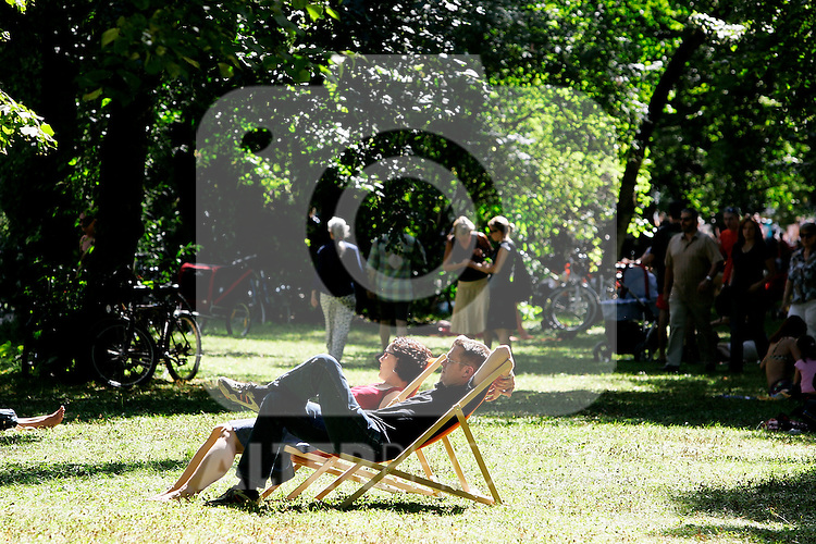 People relax in a park in Munich, Germany, August 04, 2008. (ALTERPHOTOS/Alvaro Hernandez)